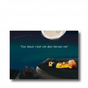 """Postkarte """"Das Glück reist mit dem Herzen mit"""". Man sieht ein Mädchen mit seinem Kuschelhasen auf einer Klippe liegend. Es ist Nacht und man sieht den Mond und Stern."""