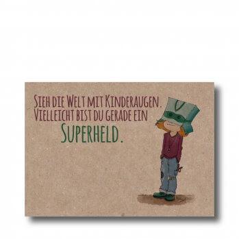 """Postkarte """"Sieh die Welt mit Kinderaugen. Vielleicht bist du gerade ein Superheld. Man sieht ein Kind mit einem Karton auf dem Kopf"""