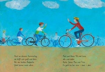 """Innenseite von """"Rauf aufs Fahrrad, fertig, los! Eine bunte Radpartie."""" Es sind Menschen mit Fahrrädern zu sehen, die sich zu einer Radpartie treffen."""