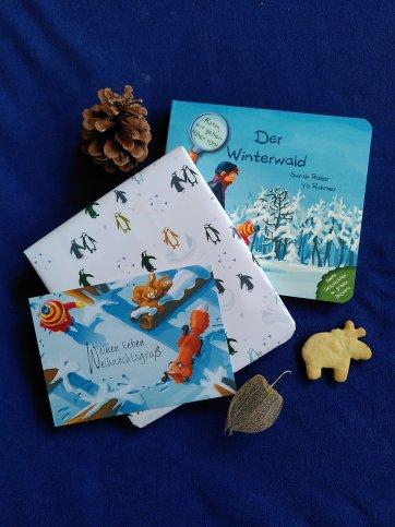 """Man sieht das Buch """"Der Winterwald"""" als Geschenk verpackt"""