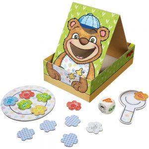 Geschenkidee für zweijährige Jungs. Man sieht einen Aufsteller mit einem Bären. Daneben ein Pappteller und Löffel sowie Pappkärtchen als Essen für den Bären.