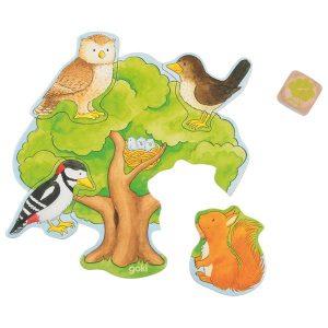 Geschenkidee für zweijährige Jungs. Man sieht einen Baum mit vier fehlenden Puzzleteilen. In diese passen eine Eule, eine Amsel, ein Specht und ein Eichhörnchen.